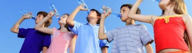group-chidren-drinking-water